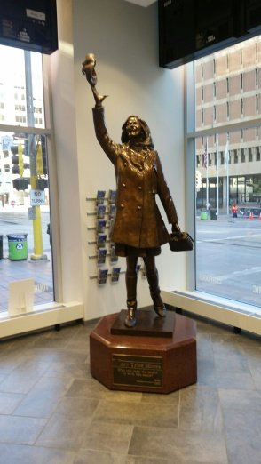 Mary Tyler Moore statue with Mary tossing her hat